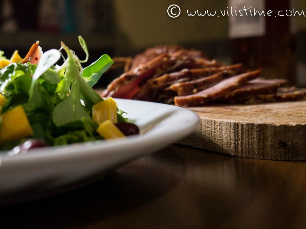 Зелена салата със свински шашлик