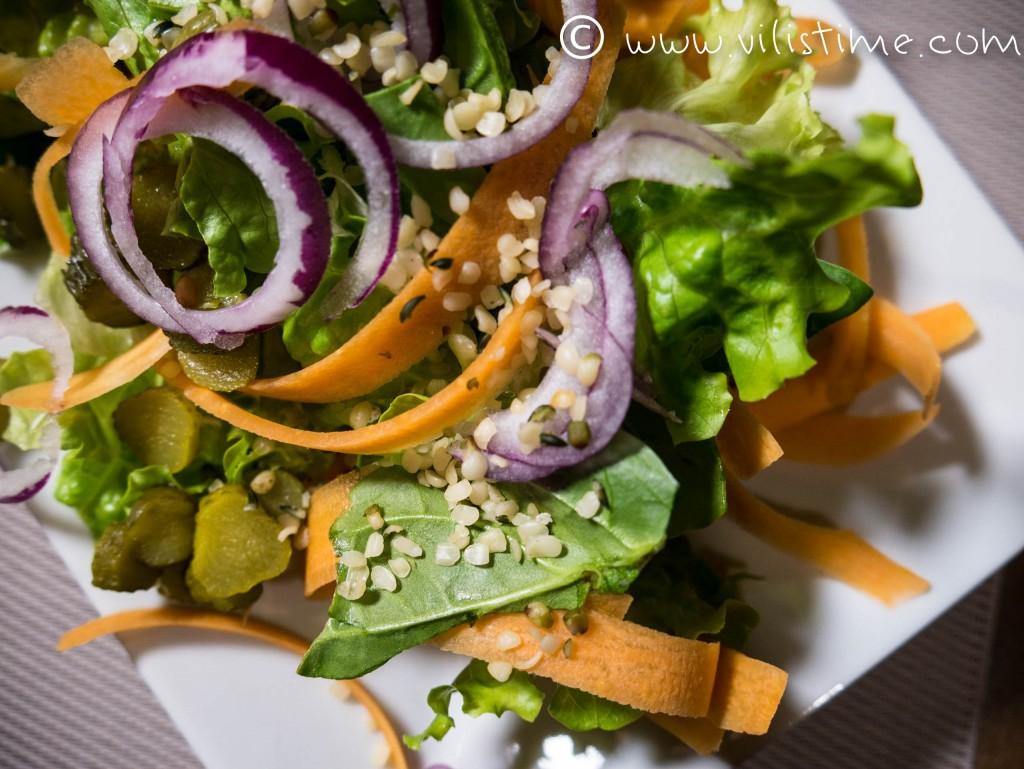 Салата от спанак, моркови и кисели краставички