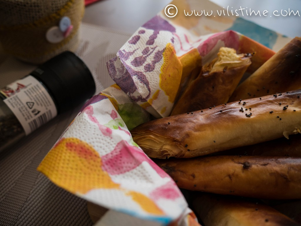 Хрупкави банички с крема сирене и маково семе
