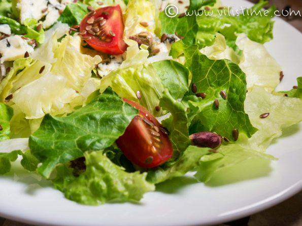 Зелена салата със синьо сирене и шам фъстък