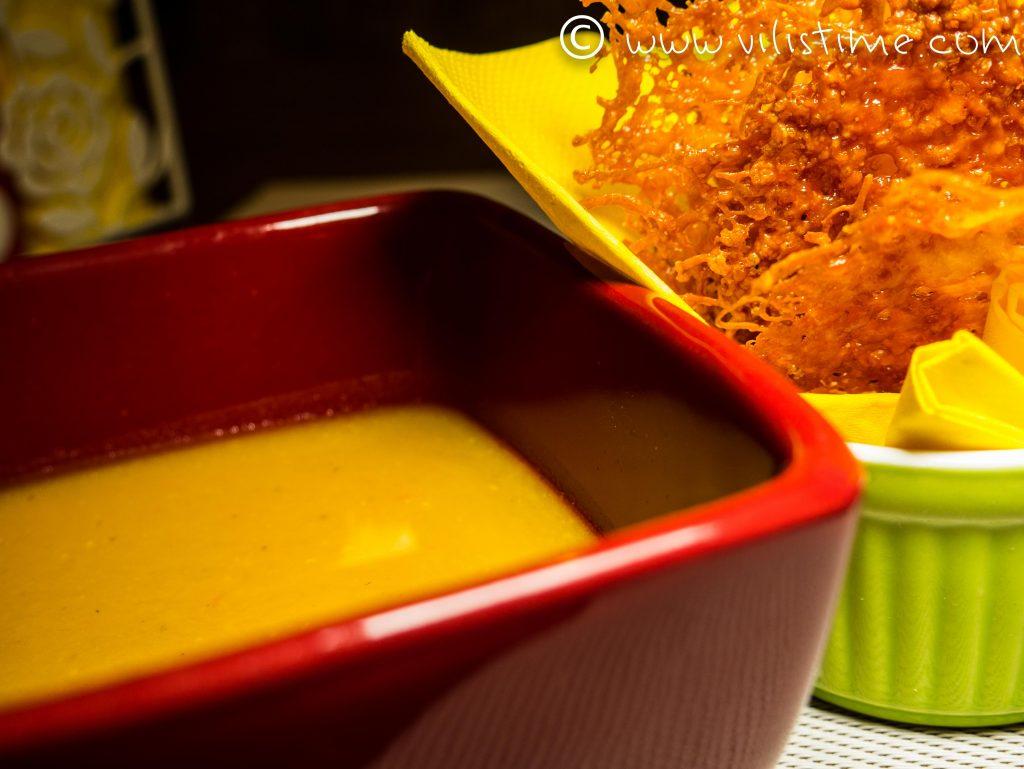 Крем супа от червена леща с чипс от чедър
