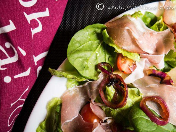 Зелена салата с прошуто и сладко-кисел сос