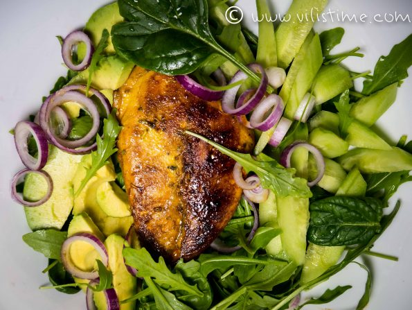 Зелена салата с рукола, пилешко и авокадо