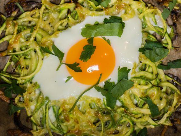 Пролетни гнезда от тиквички с яйца и чедър
