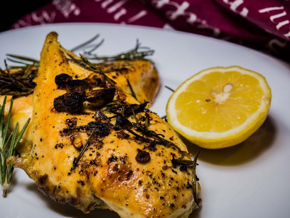 Пилешко филе с пресен розмарин и чесън