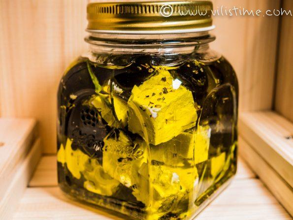Мариновано сирене фета с различни билки и зехтин