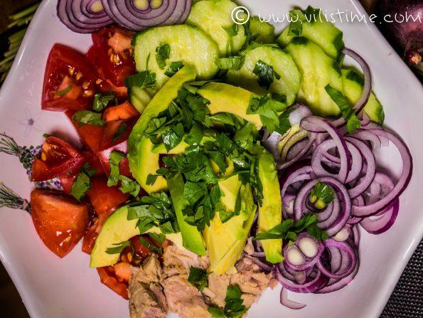 Салата с риба тон, авокадо и шарлан