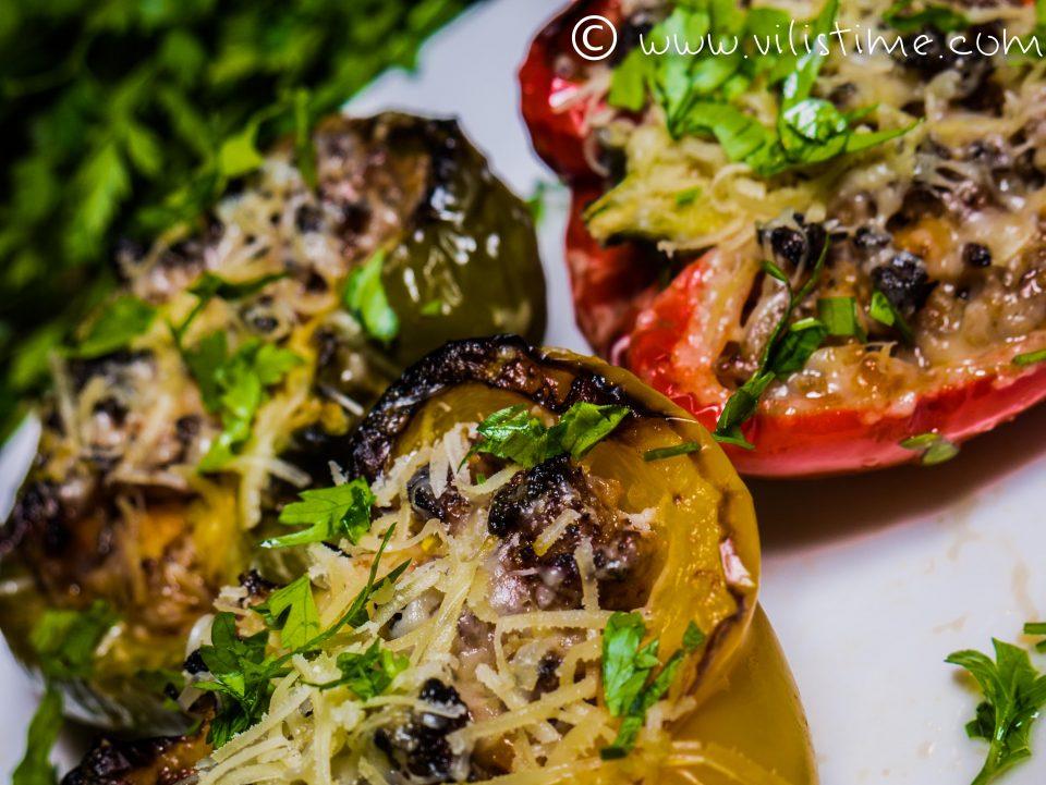 Цветни пиперки с кайма и чедър на фурна