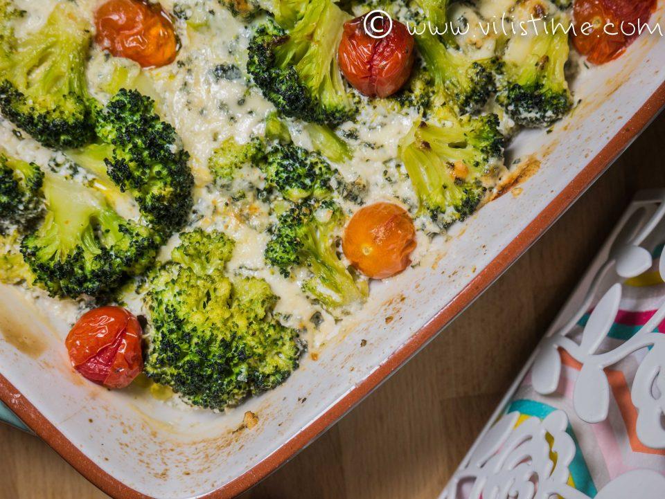 Броколи със сметана, синьо сирене и чери домати