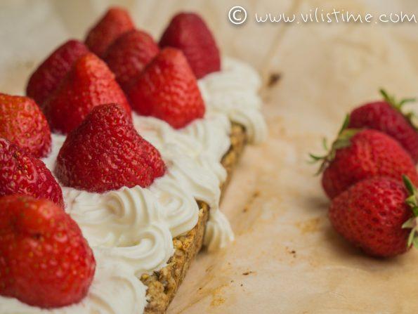 Кето сладкиш от орехи, сметана и пресни ягоди