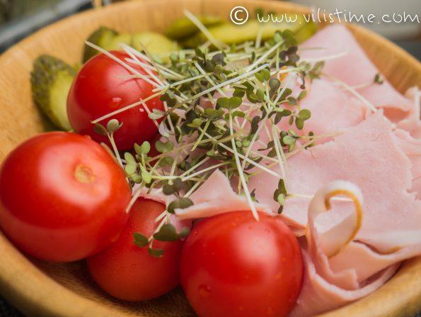 Салата с кисели краставички, шунка, чери домати и майонеза