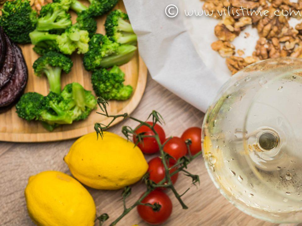 Салата от броколи, цвекло, орехи и стафиди