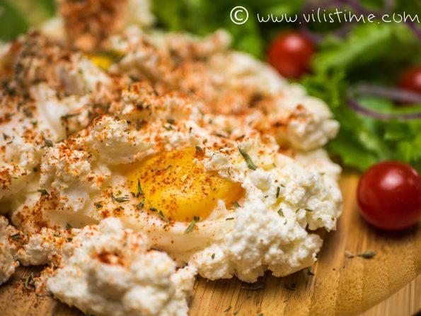 Вкусни яйца на тиган с чубрица и червен пипер