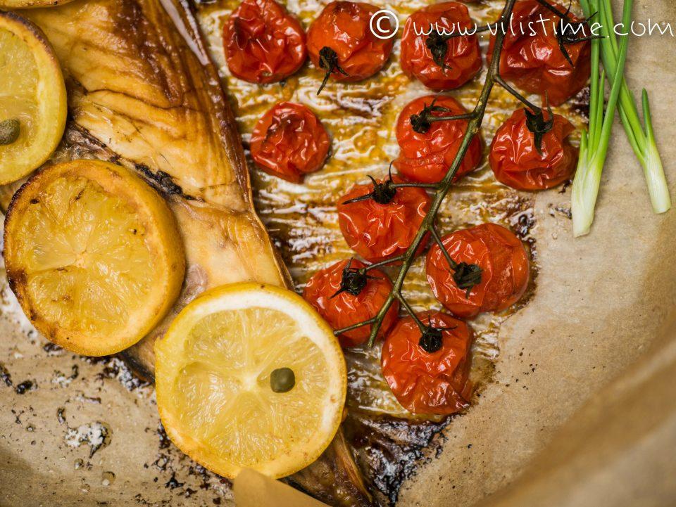 Скумрия на фурна с чери домати и чесън