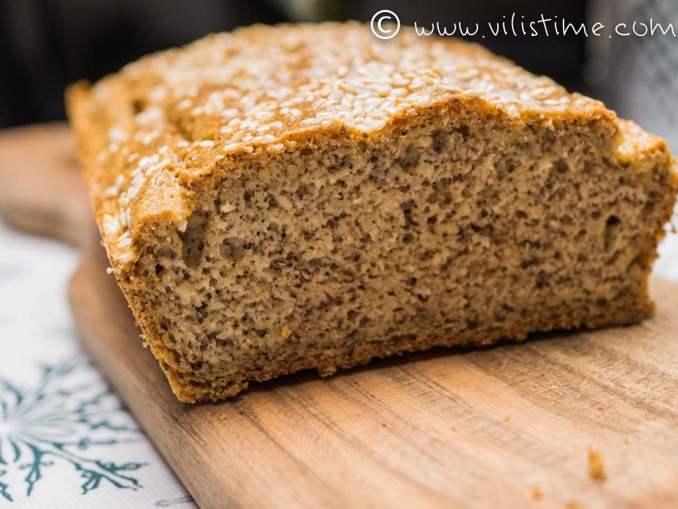 Нисковъглехидратен хляб от бадемово и ленено брашно с чубрица