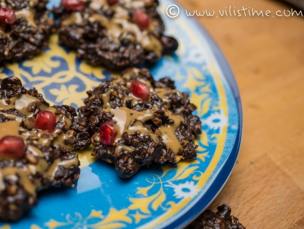Бисквити от орехи, рожков и сушени боровинки
