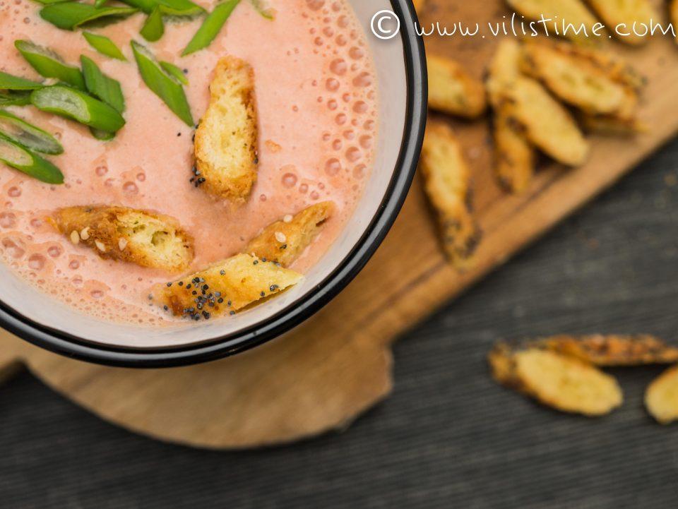 Студена доматена супа с кефир и пресен лук