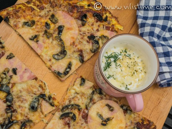 Пица от тиквички без брашно с шунка и маслини