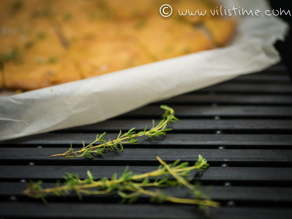 Плосък нахутен хляб с прясна мащерка