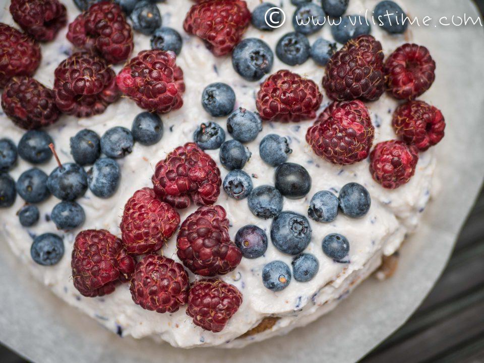 Нисковъглехидратна палачинкова торта с малини и боровинки