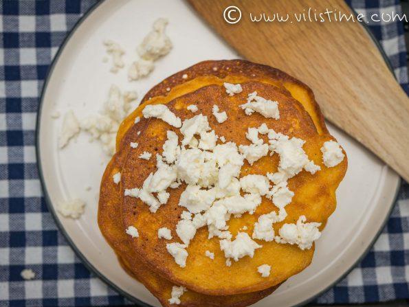 Нахутени тиганички с доматено пюре и сирене